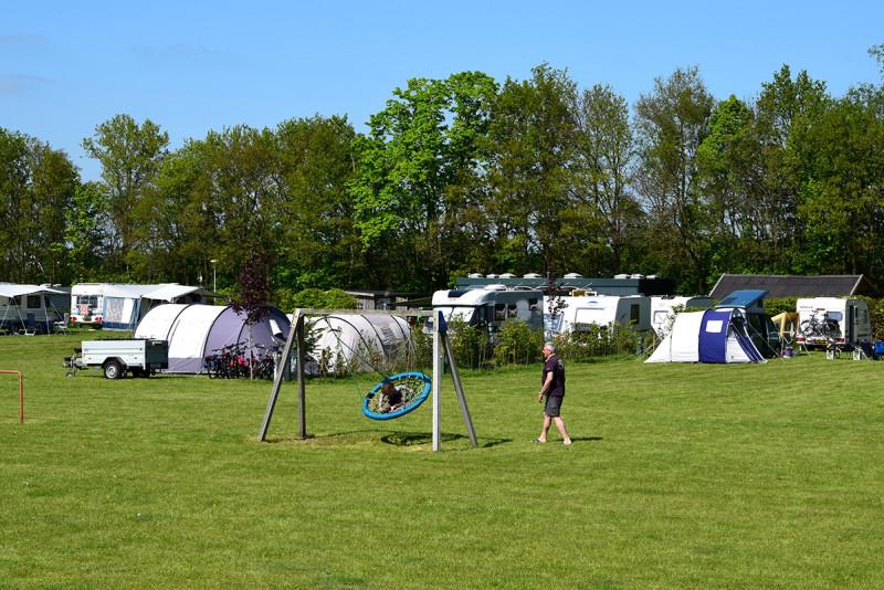 Overzicht van de camping met (speel)weide
